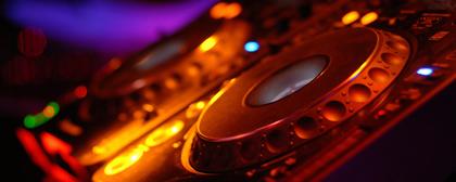 Kontakt zu DJ Universal per Telefon oder Mail